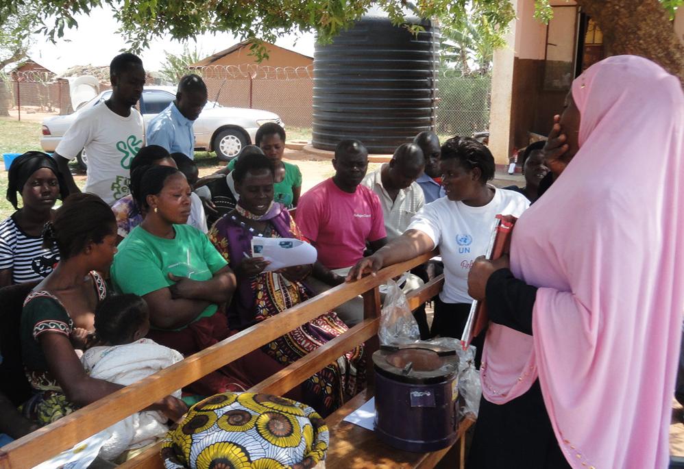 Olivia Kanyesigye, chief field officer geeft instructie in Nakivale refugeecamp